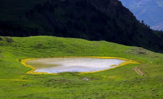 Adını efsanelerden alan 'Dipsiz Göl' büyülüyor