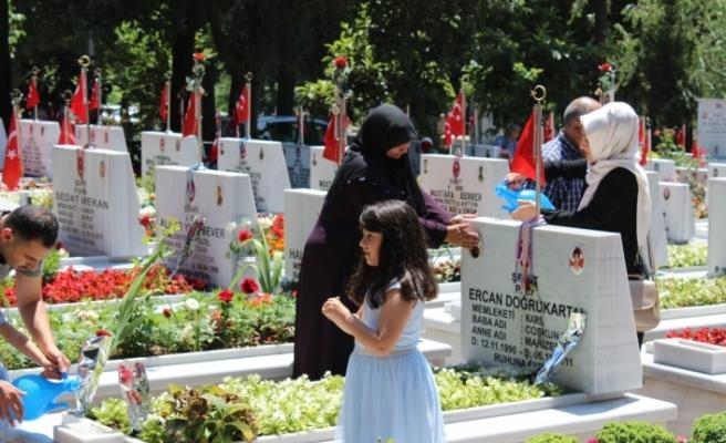 Arife günü şehitlikler doldu taştı