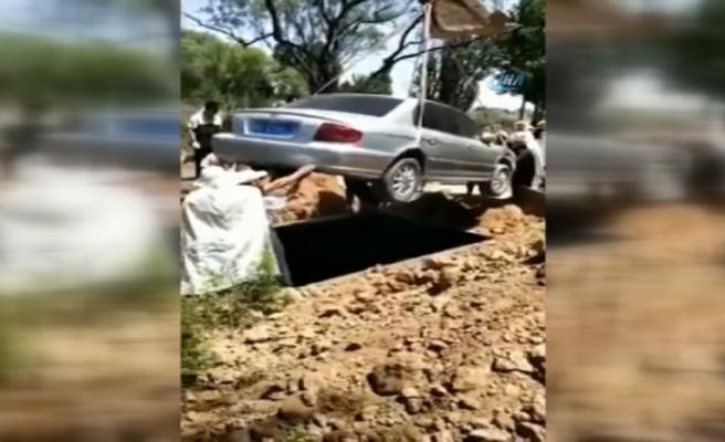 Çin'de bir adam otomobiliyle birlikte gömüldü