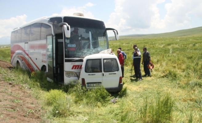 Kamyonetle yolcu otobüsü çarpıştı: 1 ölü, 11 yaralı
