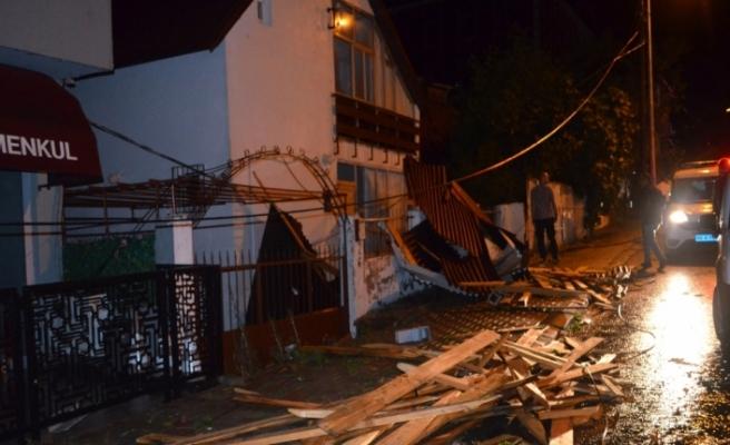 Tekirdağ'da şiddetli fırtına: Ağaçlar devrildi, çatılar uçtu
