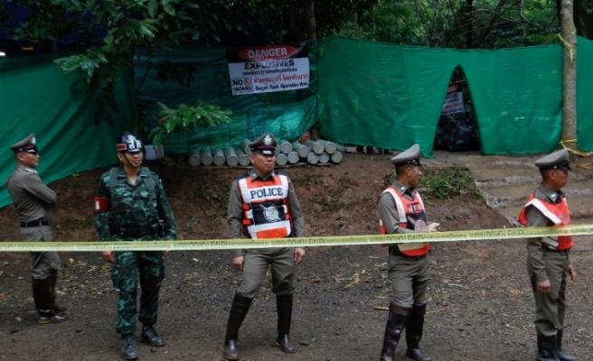 8 çocuk ve antrenörleri kurtarılmayı bekliyor
