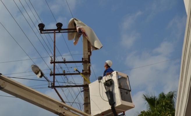 Balkondan uçan halı elektrik tellerine takıldı