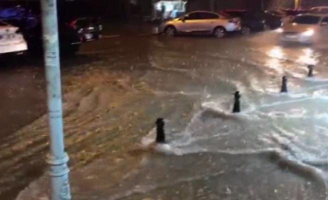 Silivri'de caddeleri su bastı