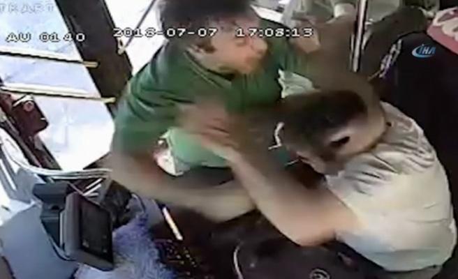 Yolcuyla şoför otobüs seyir halindeyken birbirine girdi
