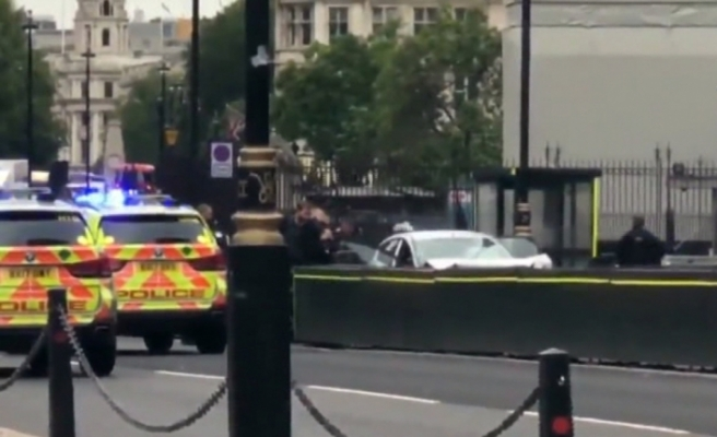 İngiltere'de bir araç parlamento binası bariyerlerine çarptı