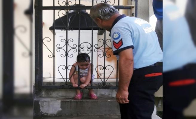 Kafası korkuluklara sıkışan çocuğun zor anları