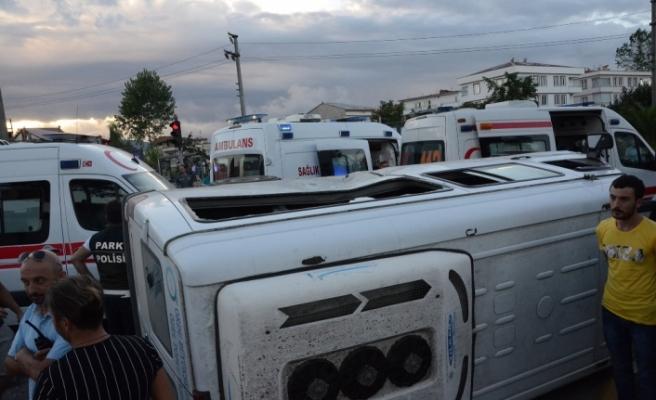 Tarım işçilerini taşıyan minibüs devrildi: 22 yaralı