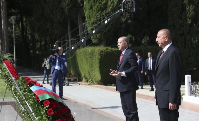 Aliyev'in kabrini ve şehitlikleri ziyaret etti