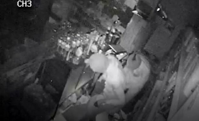 Bakkal soyan maskeli hırsızlar kamerada