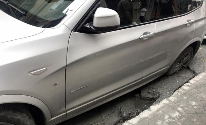 Beyoğlu'nda yol çöktü, cip içerisine saplandı