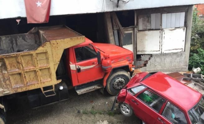 Freni patlayan kamyon 2 araca ve bir eve çarptı