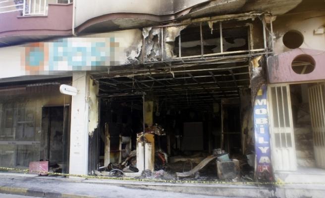 İş yeri yangınında 4 kişi dumandan etkilendi