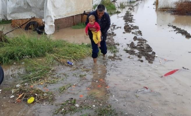 İşçilerin çadırlarını sel bastı, çocuklar son anda kurtarıldı