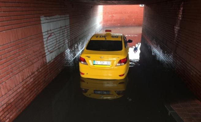 İstanbul'da taksi alt geçitte mahsur kaldı