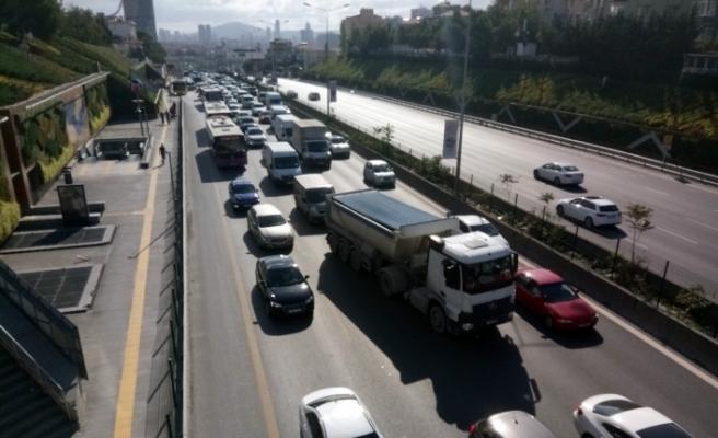 Kadıköy'de 3 otomobil çarpıştı, trafik felç oldu