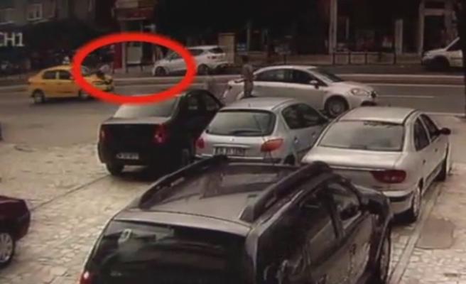 Kız arkadaşı ile tartışıyordu: Otomobil böyle çarptı