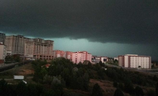 Önce kara bulutlar kapladı daha sonra dolu başladı