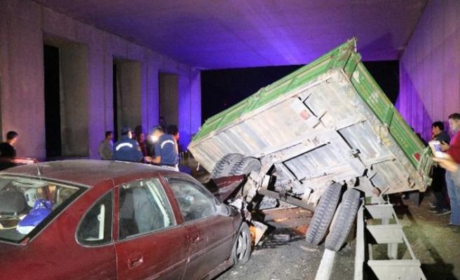 Otomobil traktöre çarptı: 7 yaralı