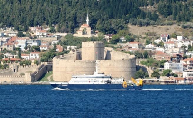 Rus kurtarma gemisi Çanakkale Boğazı'ndan geçti