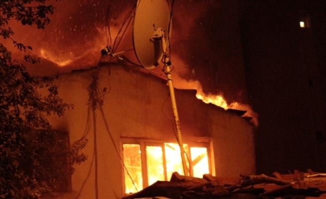 Şişli'de gecekondu alev alev yandı