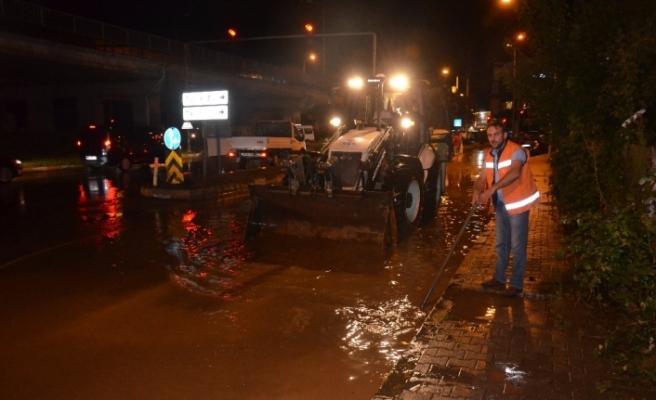 Trabzon'da sağanak yağış yolları göle çevirdi