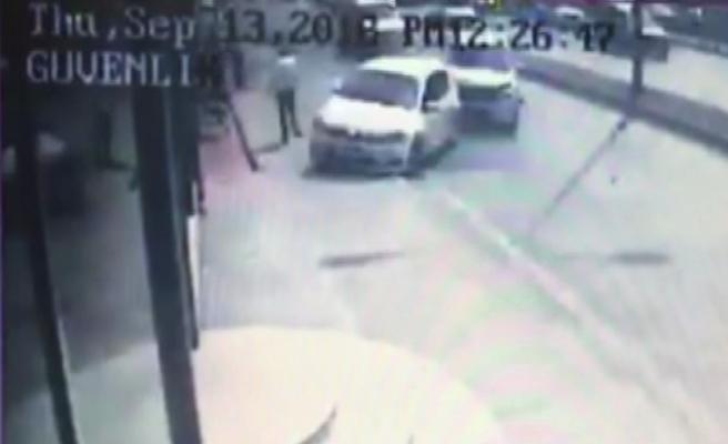 Trafik kazasında ölümün teğet geçtiği anlar kamerada