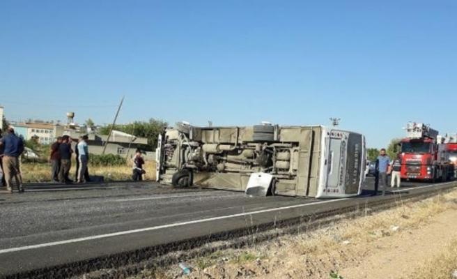 Yolcu midibüsü devrildi: 17 yaralı