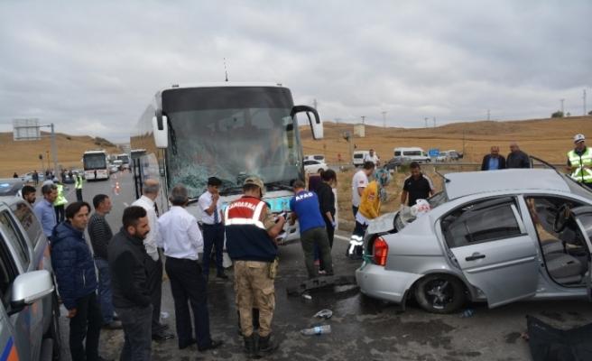 Yolcu otobüsü ile otomobil çarpıştı: 2 ölü, 3 yaralı