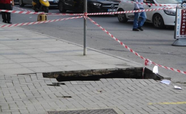Ataşehir'de yol çöktü