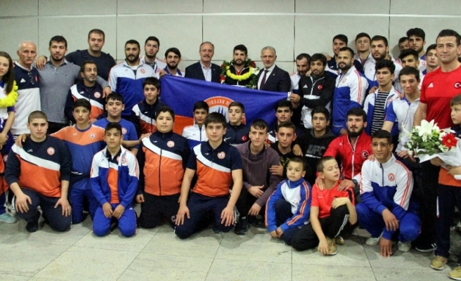Güreş Milli Takımı İstanbul'a geldi