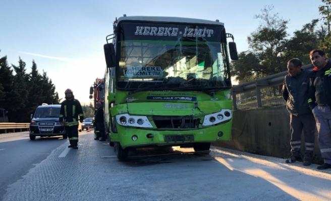 Halk otobüsü tankere çarptı: 3 yaralı