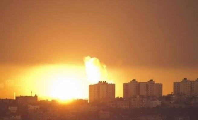 İsrail Gazze'de 4 katlı bir binayı vurdu