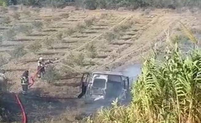 Minibüs alev aldı, sürücü tarlaya daldı