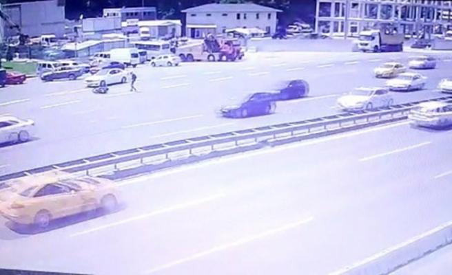 Motosikletlinin ölümden döndüğü kaza kamerada