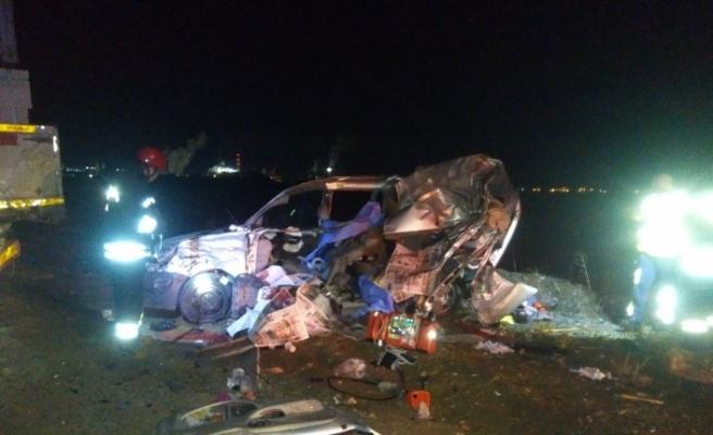 Otomobil tıra çarptı: Aynı aileden 3 ölü