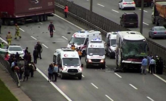 Pendik'te tır ile yolcu otobüsü çarpıştı: Trafik durdu