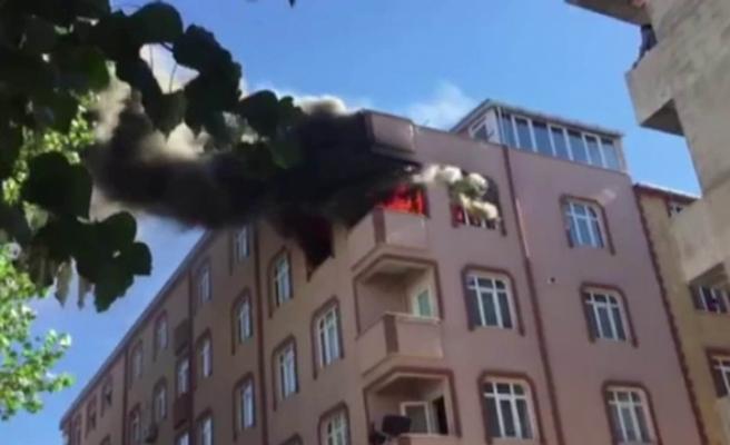 Sultangazi'de binanın çatı katı alev alev yandı