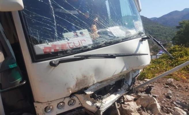 Tur midibüsü kayalıklara çarptı: 28 yaralı