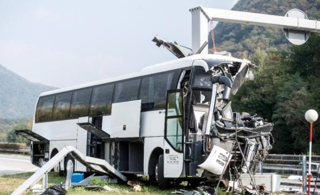 Turist otobüsü direğe çarptı: 15 yaralı