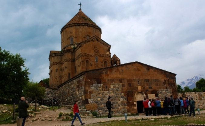 Tarihi Akdamar Adası'na ziyaretçi akını