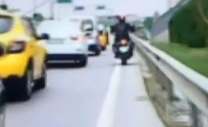 Yolcu taksinin kapısını açtı, motosikletli ölümden döndü